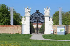 Entrada trasera al jardín del castillo Schloss Hof Fotografía de archivo