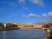 Entrada Tribunal Palais de Justiça e seus únicos pilão e cabos da ponte em Lyon, França, Europa imagens de stock