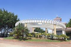 Entrada tropical del centro turístico de lujo imagenes de archivo