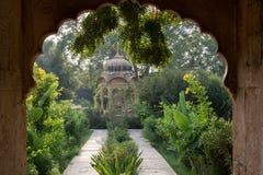 Entrada a um jardim Fotos de Stock Royalty Free