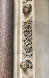 A entrada a uma igreja velha na cidade de Londres imagem de stock