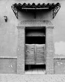 entrada a un cantina viejo, estilo mexicano tradicional con las puertas de madera fotos de archivo