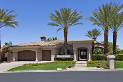 Entrada a un exterior californiano hermoso del hogar Foto de archivo