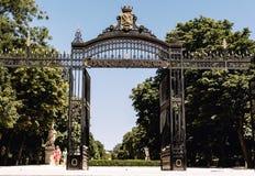 Entrada a un parque en Madrid, España imagen de archivo