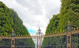 Entrada a un parque público en París imagenes de archivo