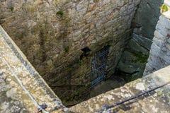 Entrada a un sótano en un castillo medieval Fotografía de archivo