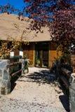 Entrada a una casa de madera fotografía de archivo