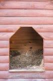 Entrada a una casa de perro de madera Fotos de archivo