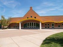 Entrada a una escuela moderna Fotos de archivo