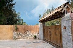 Entrada velha à vila Imagem de Stock