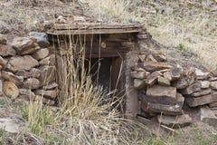 Entrada velha da pedra da casa ou da adega de raiz imagem de stock