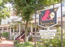 Entrada vermelha de Lion Inn imagem de stock royalty free