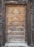 Entrada vieja de la cabina con nieve que cae Fotografía de archivo