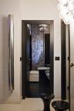 Entrada y cuarto de baño en un hogar moderno Foto de archivo