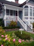 Entrada y jardín de la casa del Victorian Imagenes de archivo