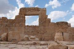 Entrada y pared de piedra de la casa antigua arruinada Fotografía de archivo libre de regalías