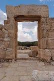Entrada y pared de piedra de la casa antigua arruinada Fotos de archivo libres de regalías