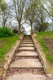 Entrada y sendero del parque del paso concreto en Northampton Inglaterra Reino Unido imagen de archivo libre de regalías