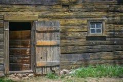 Entrada y ventana de madera del granero viejo fotografía de archivo