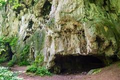 Entradas de la cueva de la piedra caliza imagen de archivo libre de regalías