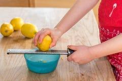 Entrain discordant de petite fille de citron organique photo stock
