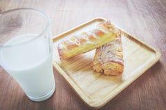 Entrambe la torta sul piatto di legno con latte Fotografia Stock