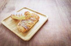Entrambe la torta sul piatto di legno con latte Fotografia Stock Libera da Diritti
