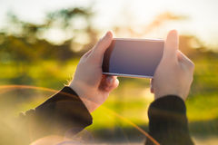 Entrambe le mani tengono il telefono Fotografie Stock