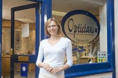 entrance front opticians standing woman στοκ εικόνα με δικαίωμα ελεύθερης χρήσης