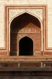 entrance nästa taj india för den mahal masjidmoskén till Fotografering för Bildbyråer