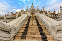 Entrance of the Shwe Nan Daw temple in Mandalay Stock Photography
