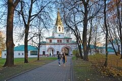 The entrance to the Kolomna Museum is a park that is always glad to its fans. October in Kolomenskoye.