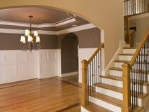 Entranceway casero de lujo con la escalera descendente Imágenes de archivo libres de regalías