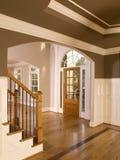 Entranceway domestico di lusso con la finestra dell'arco fotografia stock libera da diritti