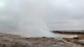 Entrando em erupção o geyser em Islândia filme