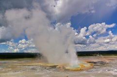 Entrando em erupção o geyser no parque nacional de Yellowstone, EUA fotografia de stock