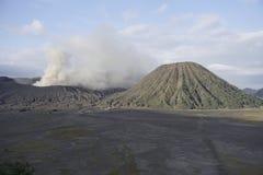 Entrando em erupção o vulcão de Bromo imagens de stock