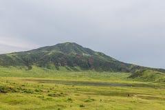 Entrando em erupção a opinião do vulcão de Mount Aso da fuga natural paisagem no campo de Kumamoto, de arroz e ponte do arco em T imagem de stock