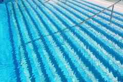 Entrando en y saliendo la piscina Imagenes de archivo