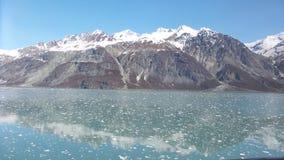 Entrando nella vista dell'Alaska del parco nazionale della baia di ghiacciaio dalla nave fotografia stock