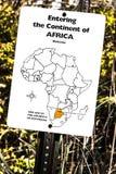 Entrando no continente do sinal de África em uma fuga do jardim zoológico fotografia de stock royalty free