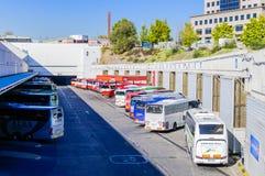 Entraîneurs et autobus dans le terminus de bus à Madrid Images libres de droits