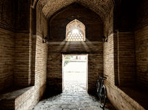 Entranse i Miri arabiska Madressah i Bukhara. Arkivfoton