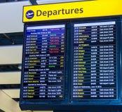 Entransportsträcka för visning för flygavvikelsebräde som internationella flyg lämnar från flygplats för London ` s Heathrow arkivbild