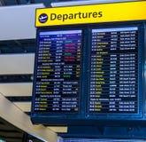 Entransportsträcka för visning för flygavvikelsebräde som internationella flyg lämnar från flygplats för London ` s Heathrow arkivfoto