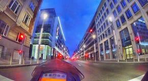 Entrar en la ciudad en una motocicleta Imagenes de archivo
