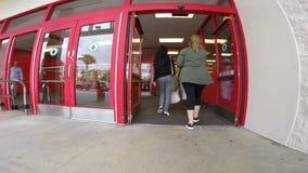 Entrar en una tienda de la blanco en Aventura FL metrajes
