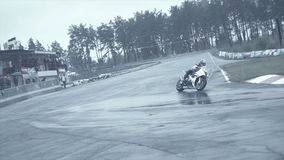 Entrare del gruppo di Sportbikes tagliente accende la strada principale archivi video