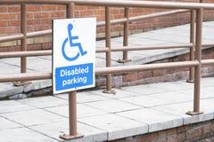 Entrata accessibile blu disabile delle rotaie della rampa e del segno fotografia stock libera da diritti