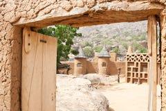Entrata ad un cortile in un villaggio africano. Fotografia Stock